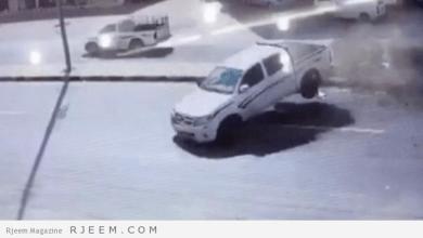 Photo of فيديو: متهور يتسبب في حادث مروع لسيارة هايلوكس بالعرضيات