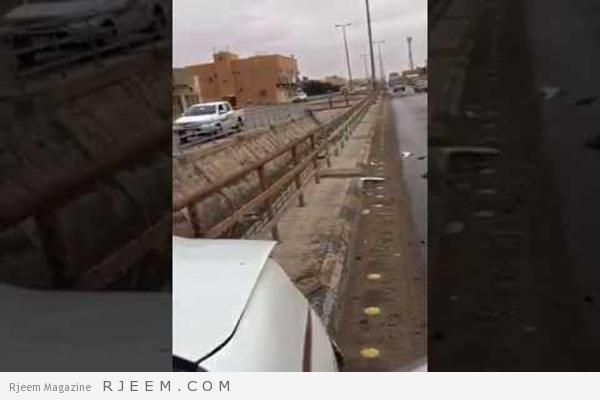 Photo of فيديو: حاجز معدني يخترق سيارة أثناء حادث وينفذ من خلال مقعد السائق.. ونجاة الأخير