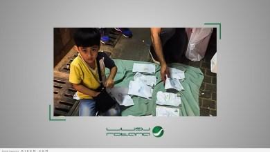 Photo of شاهد.. لوحات مؤثرة لطفل صغير تبهر المارة في شوارع جدة