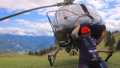 Photo of بالفيديو: رجل خارق يرفع طائرة مروحية على كتفيه