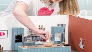 Photo of بالفيديو: بريطانية تكسب رزقها من طبخ الوجبات في مطبخ للدمى الصغيرة