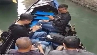Photo of بالفيديو: سياح يفضلون هواتفهم على مناظر مدينة البندقية