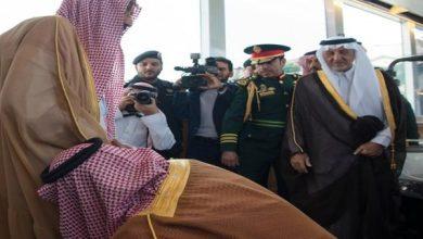 Photo of شاهد: لقطة لنائب الملك وهو يقبّل قدم خادم الحرمين أثناء وداعه تلفت انتباه متناقليها