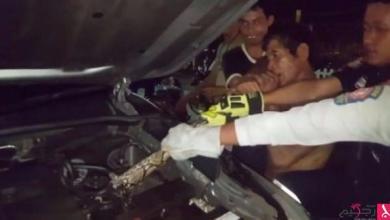 Photo of بالفيديو: عامل يعض ثعباناً من ذيله بعدما التف حول محرك سيارة