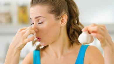 Photo of تخلص من رائحة الثوم في الفم