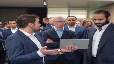Photo of ولي العهد يزور شركة أبل ويبحث تدريب السعوديين في مقرها (صور)