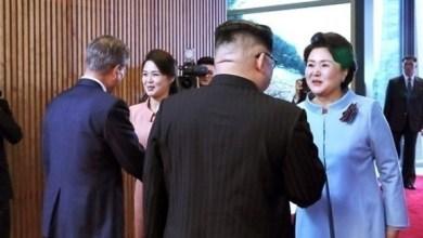 """Photo of بالفيديو: كيم جونغ أون """"الغيور"""" يدفع مصوراً بعيداً عن زوجته"""