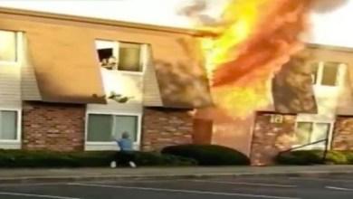 Photo of بالفيديو: يتلقف طفلاً رمته والدته من نافذة منزل يحترق
