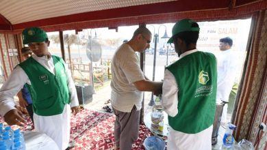"Photo of ""هدية المدينة"" تقدّم 2,5 مليون وجبة وعبوة ماء للحجاج بالمدينة المنورة"