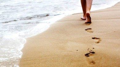 Photo of احترس.. المشي حافيا على الشاطئ يعرضك لأمراض خطرة