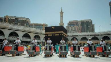 Photo of صور سعوديون يعملون في تنظيف ساحات الحرم لأول مرة