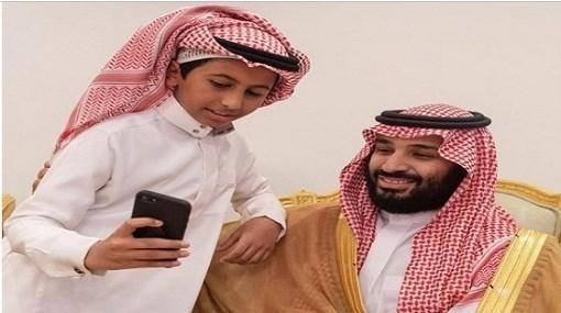 صور طفل يتكئ على كتف ولي العهد محمد بن سلمان بحائل مجلة رجيم