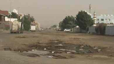 Photo of أمين جدة يوجه بإغلاق مداخل شركة بعد تسبب آلياتها في تدمير شارع رئيس ومضايقة السكان