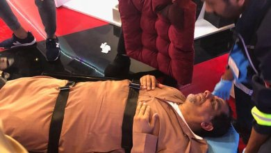 """Photo of محلل رياضي إماراتي يسقط مغشياً عليه في برنامج """"المنصة"""" (فيديو)"""