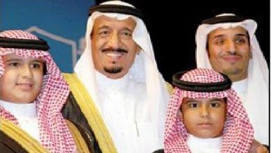 Photo of صورة نادرة للملك سلمان مع 3 من أبنائه أثناء تخرج ولي العهد في جامعة الملك سعود