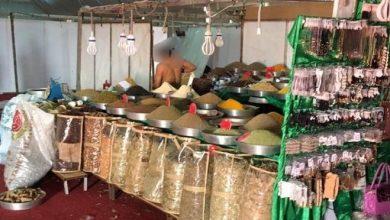 Photo of شاهد: بعد تداول صور لبائع شبه عارٍ.. بلدية المظيلف تغلق المحل وتعد بمعاقبة العامل