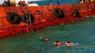 Photo of شرطة دبي تنقذ 14 بحاراً جنحت سفينتهم قبالة جزيرة ديرة