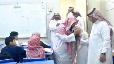 "Photo of شاهد.. طالب يتيم بجازان يجهش بالبكاء أثناء درس عن ""فضل الأم"""