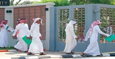 Photo of وزارة العمل توفر وظائف بعدة مجالات للرجال والنساء بالرياض
