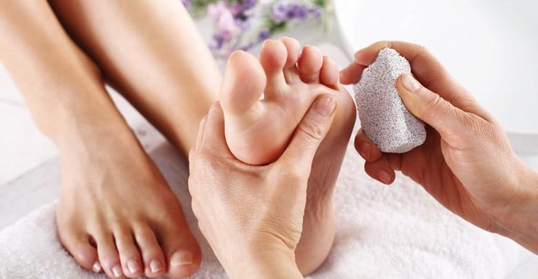 Photo of الطريقة الصحيحة لترطيب القدمين , علاج تشقق القدمين