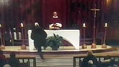 Photo of كندا: طعن كاهن خلال قداس ونقله إلى المستشفى