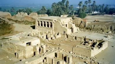 Photo of جدران معبد تحتمس الثالث تظهر من تحت الرمال