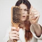 ما أسباب تساقط الشعر
