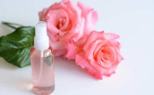 Photo of فوائد ماء الورد للبشرة الدهنية قبل النوم