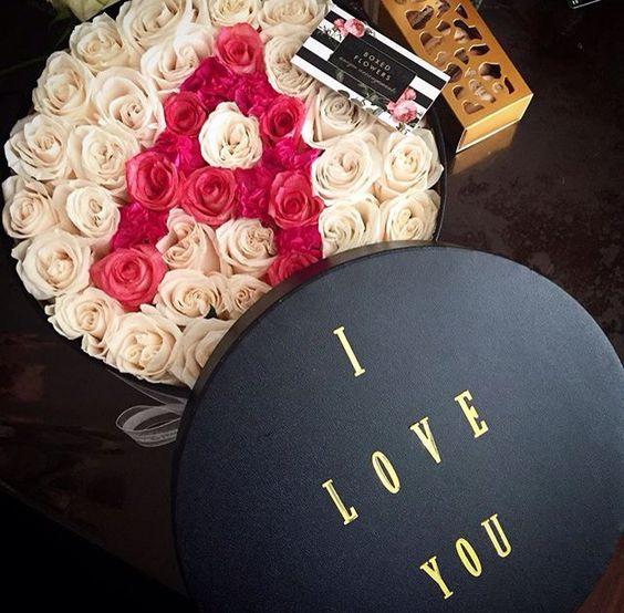 صورة حرف a مكتوبة بالورد مع احبك