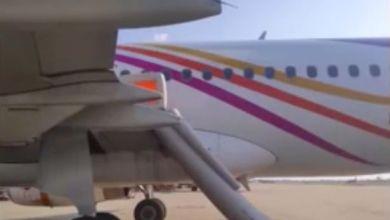 Photo of صور سائح مخمور ومجنون يقوم بخلع باب الطائرة وإثارة الرعب بين الركاب