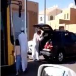 صور أب يضرب بناته عند باب المدرسة في حائل