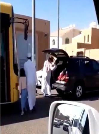Photo of صور أب يضرب بناته عند باب المدرسة في حائل