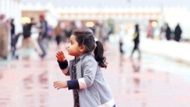 Photo of أرباب الأسر يصطحبون أطفالهم لالتقاط الصور التذكارية مع هطول الأمطار