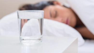Photo of هذا ما يحدث عند شرب الماء قبل النوم