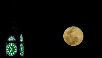 Photo of بالصور: القمر العملاق يظهر في سماء مكة ويدنو من برج الساعة