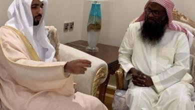 Photo of بالصور: سفير الإمارات بالمملكة يزور الشيخ عادل الكلباني في منزله