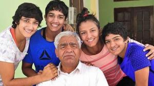 mahavir singh phogat and family picture