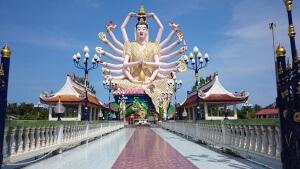 Besuch beim Buddha: Wat Plai Laem Statue