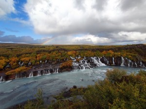 Hraunfossar Wasserfall mit Regenbogen