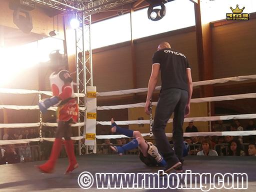 Demba Dembele (RMB) suite à un front kick
