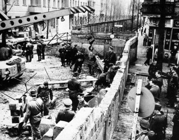 Construction of the Berlin wall, 1961