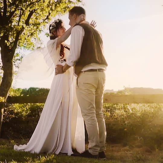 extrait vidéo mariage mariés qui se prennent dans les bras