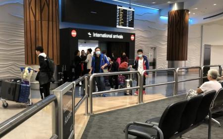covid 19 traveller says controls weak after experience at auckland airport rnz news