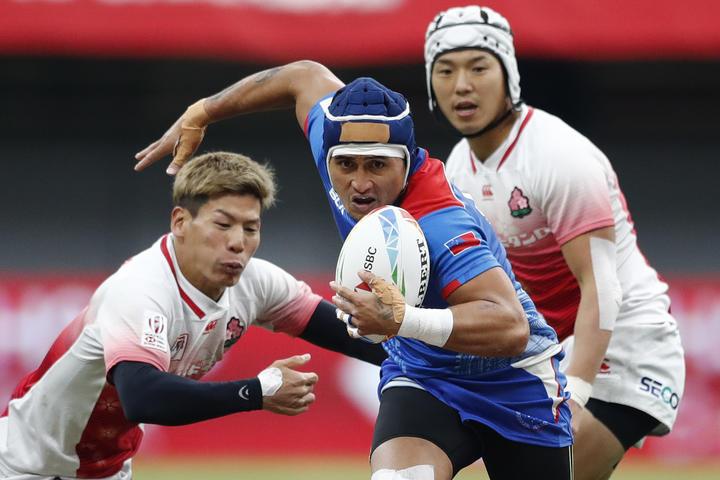 Samoa's Melani Matavao cuts through the Japan defence.