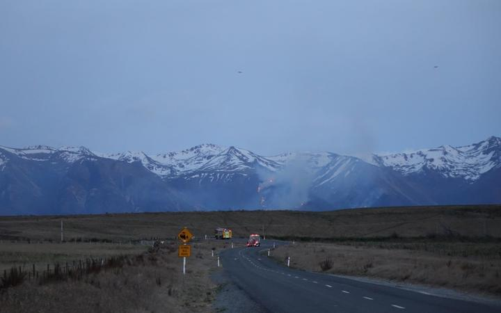 Lake Ohau road closure, fire front visible in the hills.