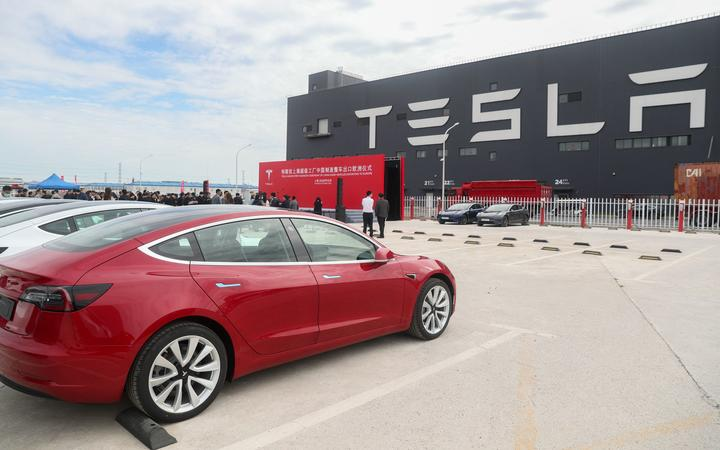 (201026) -- SHANGHAI, Oct. 26, 2020 (Xinhua) -- Photo taken on Oct. 26, 2020 shows the Tesla China-made Model 3 vehicles at its gigafactory in Shanghai, east China.