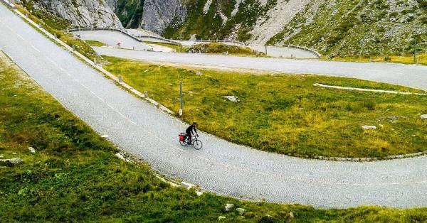 mountain bicycle descent