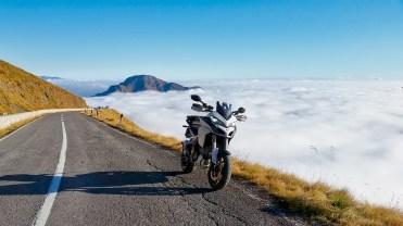 Ducati Multistrada fuori dalle nuvole verso il Passo Crocedomini