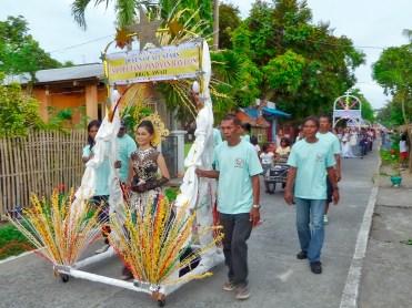 Filippine in moto, sfilata religiosa a Donsol