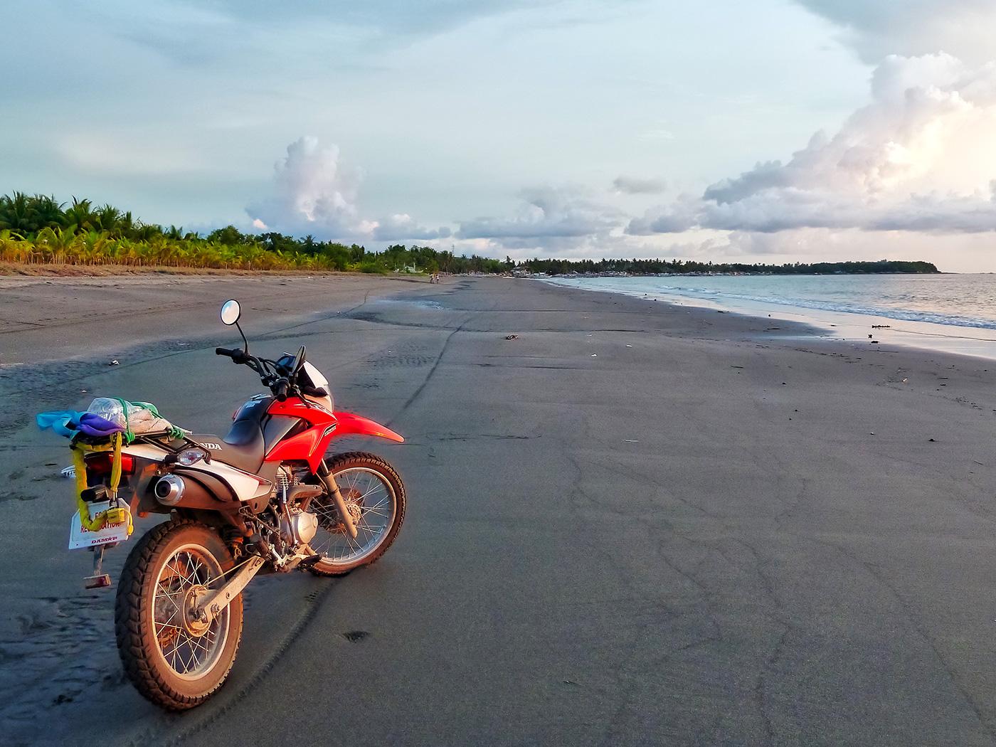 Filippine in moto, la spiaggia dell'isola Mindoro
